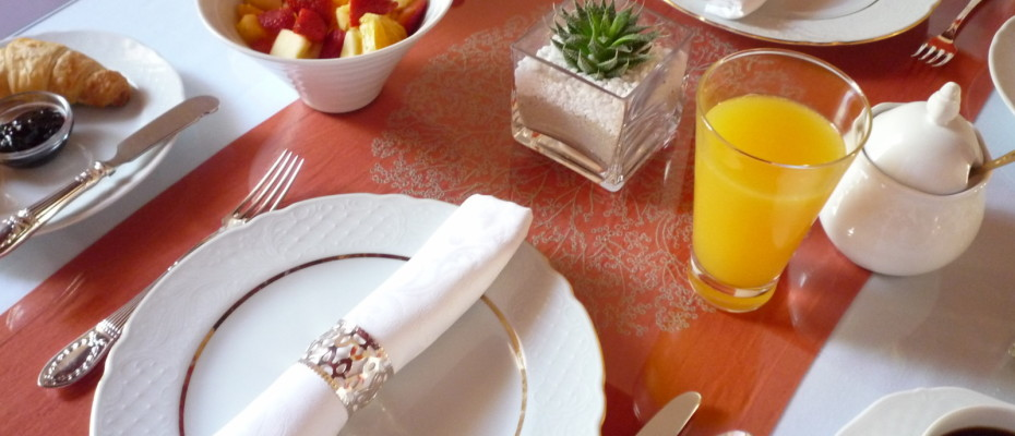 breakfast table - Trendy Five Star Boutique Guest Retreat – 1 ha with possibility to add 2 more hectares