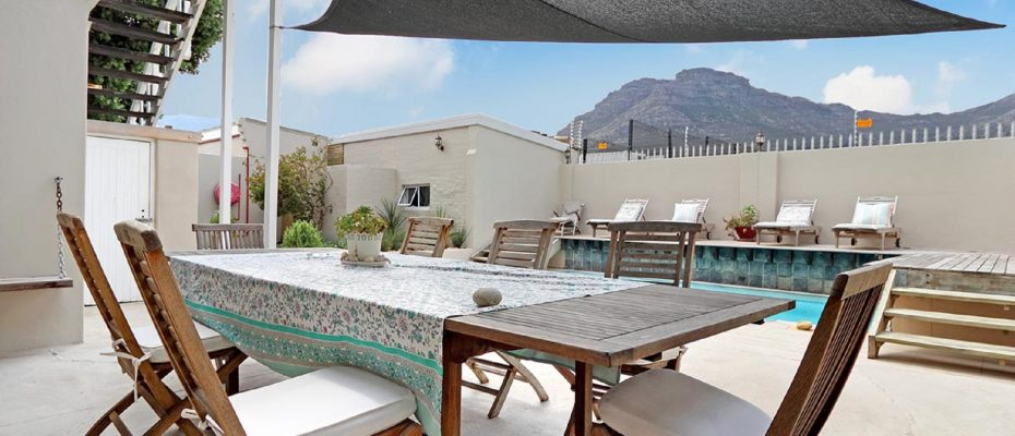 17 - Popular Guesthouse Located on Hout Bay beach, 9 rooms plus Owner's apartment and Manager's room