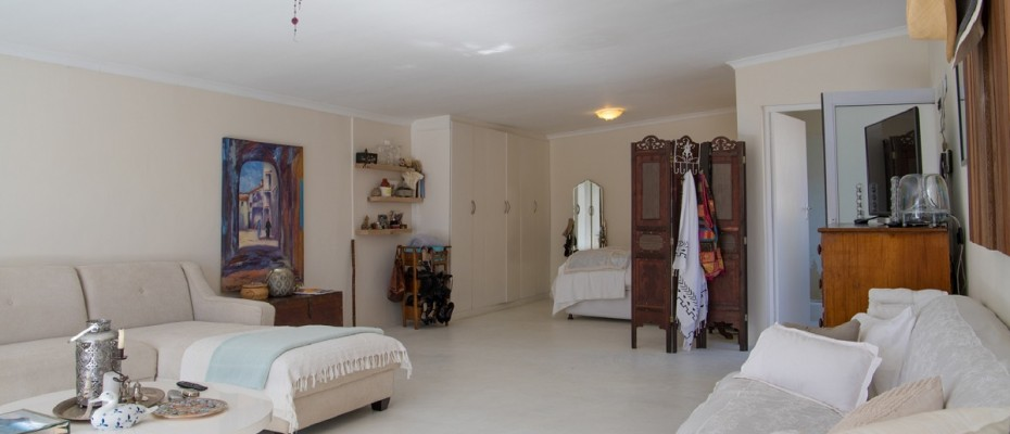 Beach House - Large-4 - Popular Guesthouse Located on Hout Bay beach, 9 rooms plus Owner's apartment and Manager's room