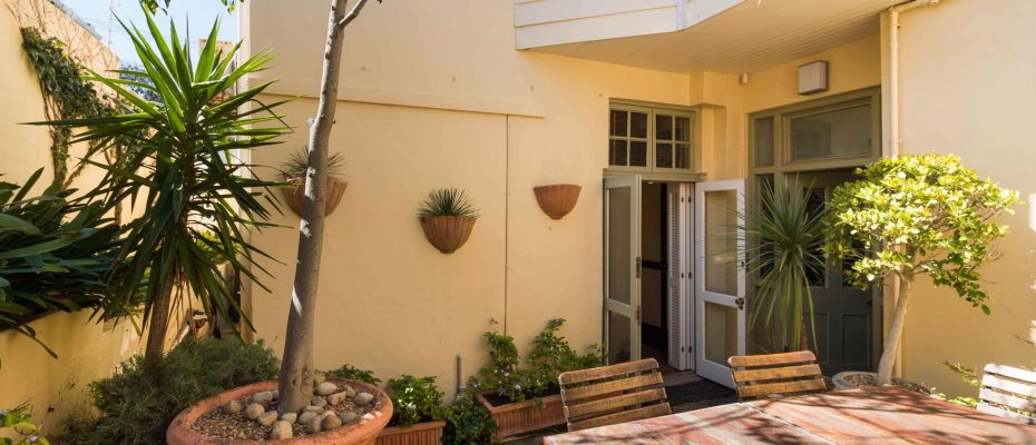 1 (24) - Charming B&B – 4 Guest rooms and Owners Suit – Gardens – Cape Town